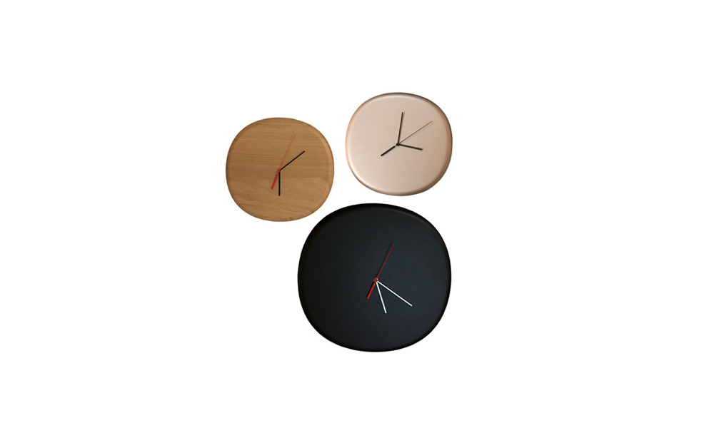 Nube. Irregular circular shaped clock with 45mm of thickness