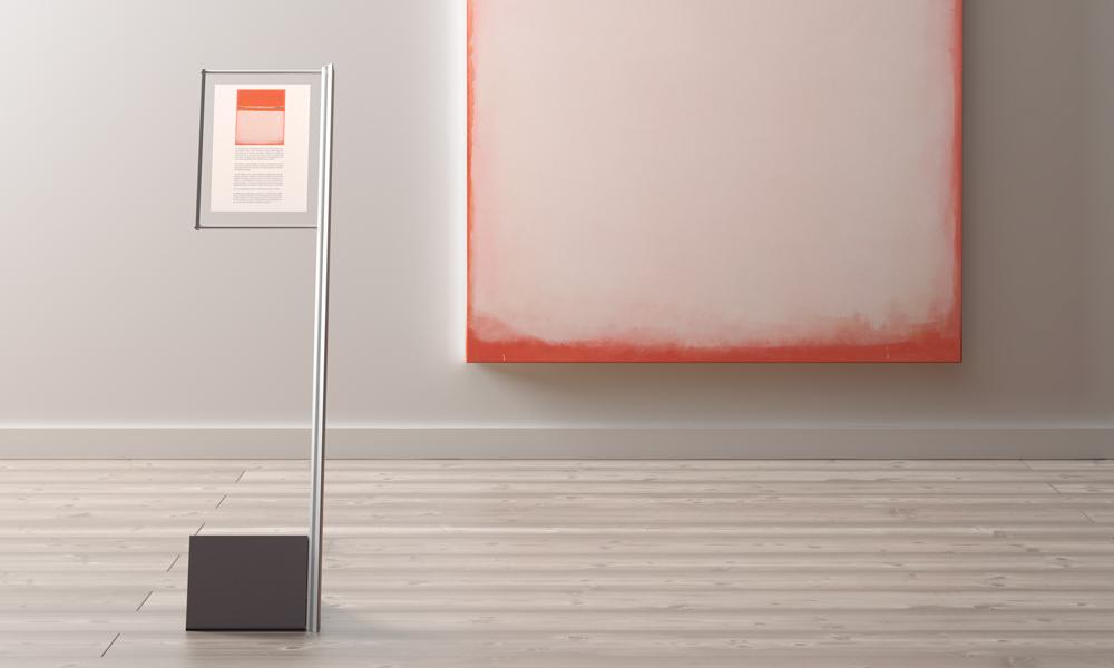 Expositor de metacrilato transparente (formato A4). Versiones: simple, doble o triple, con o sin repisas. Tiene una columna de aluminio anodizado plata mate y una base de acero recubierta con pintura de poliéster.
