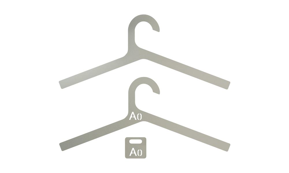 Inper. Elegantes y ligeras perchas de aluminio arenado